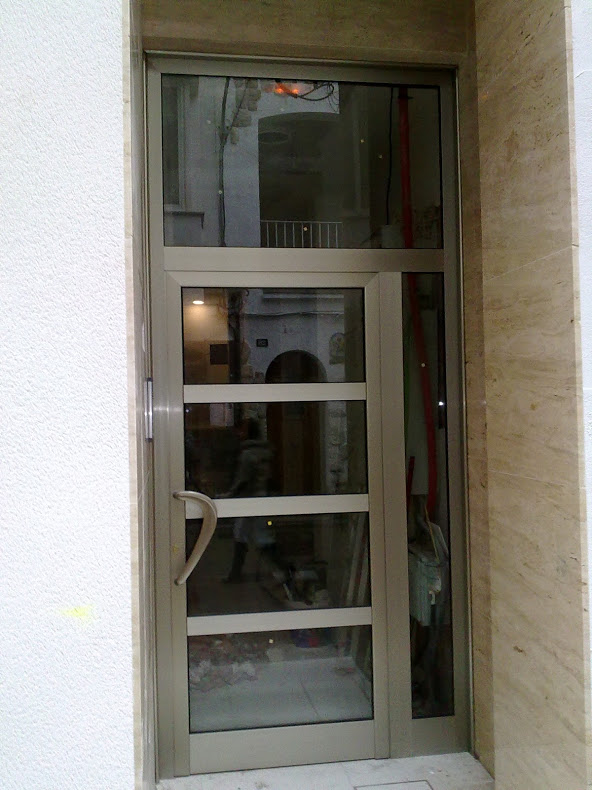 Puerta de aluminio en calafell for Puerta 19 benito villamarin